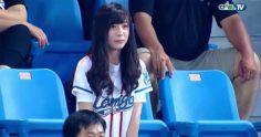 女球迷太可愛 攝影大哥竟把鏡頭「一直對著她」忘了球賽!